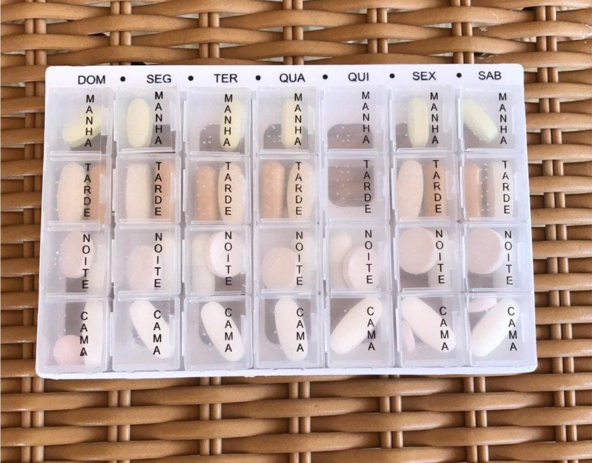 Organização de medicamentos em porta-comprimidos